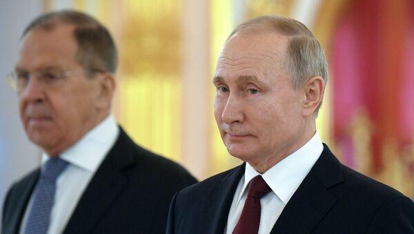 Tổng thống Nga Vladimir Putin tại buổi trình quốc thư trong điện Kremlin - Sputnik Việt Nam