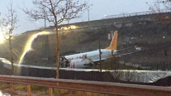 Máy bay chở khách Boeing 737-800 của Hãng hàng không Pegasus lăn khỏi đường băng tại sân bay Sabiha Gokcen ở Istanbul - Sputnik Việt Nam