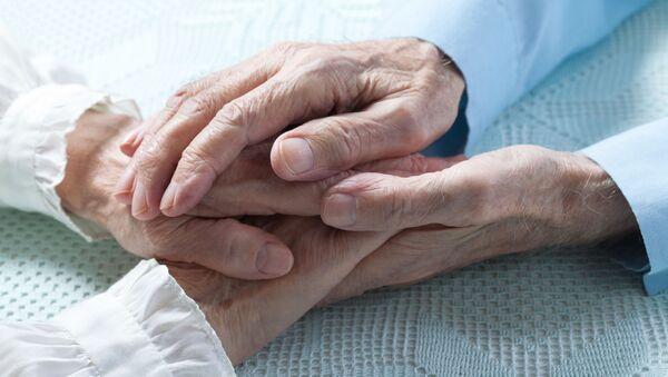 Bàn tay của một cặp vợ chồng già - Sputnik Việt Nam