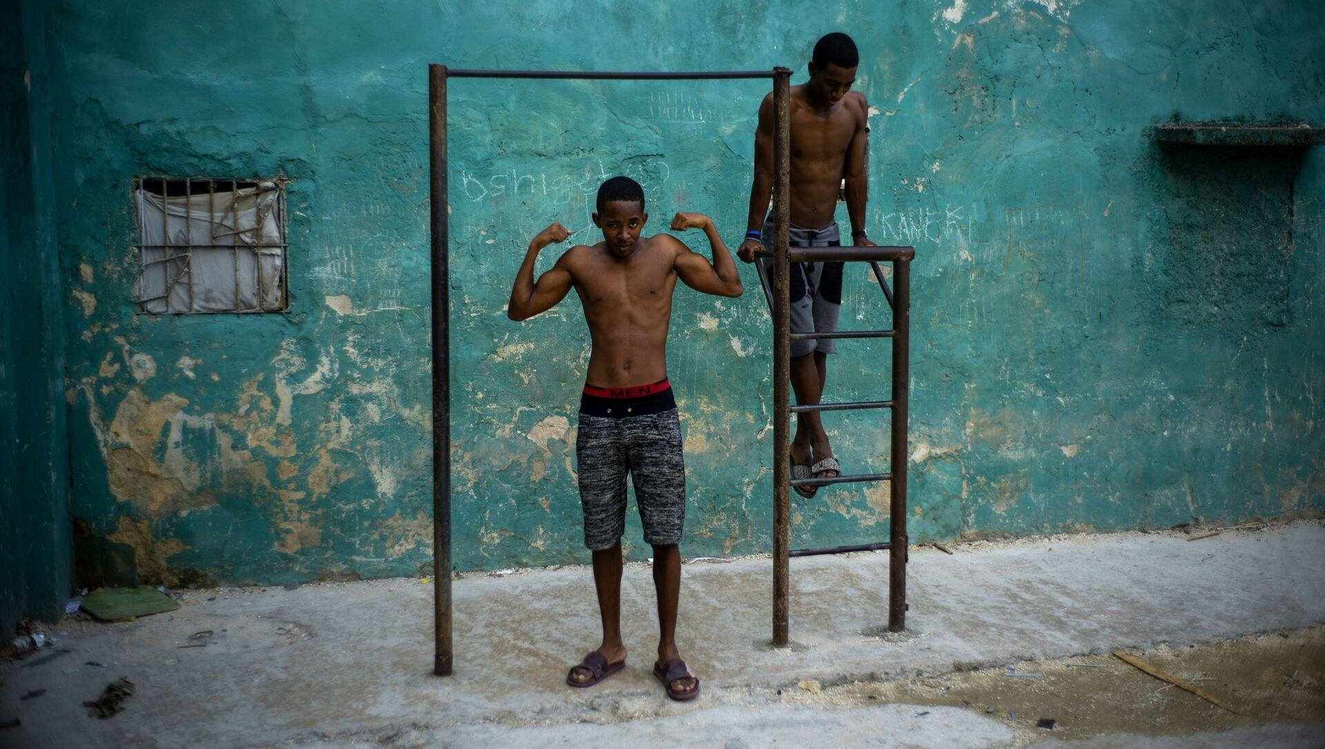 Những người thanh niên tập xà đơn ở Havana, Cuba - Sputnik Việt Nam, 1920, 07.07.2021