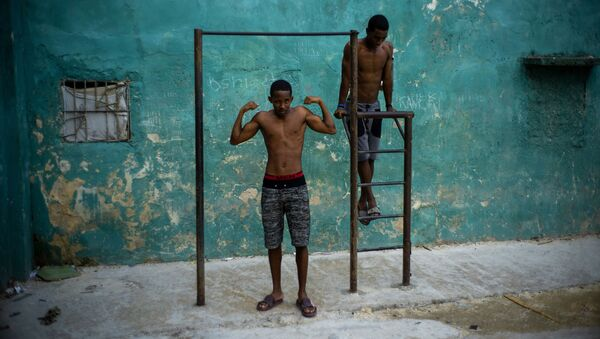 Những người thanh niên tập xà đơn ở Havana, Cuba - Sputnik Việt Nam