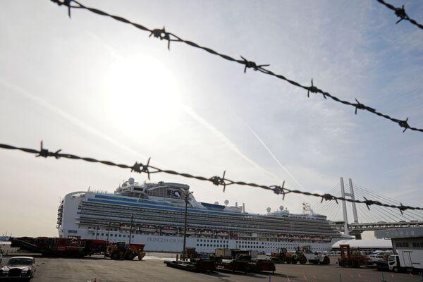 Tàu du lịch Diamond Princes với hành khách bị nhiễm virus Corona tại cảng Yokohama của Nhật Bản - Sputnik Việt Nam