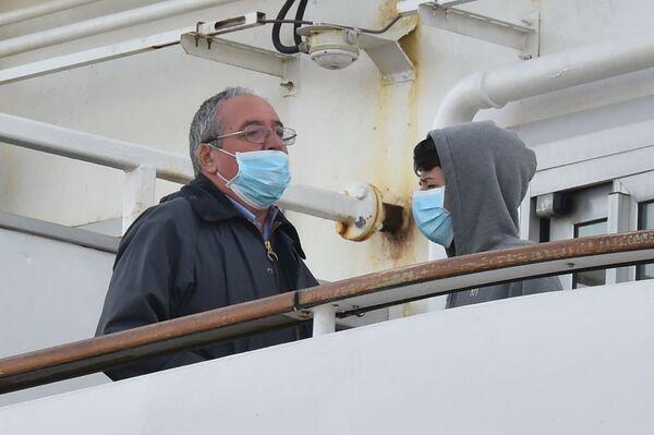 Hành khách đeo khẩu trang y tế trên tàu du lịch Diamond Princes bị cách ly tại cảng Yokohama của Nhật Bản - Sputnik Việt Nam