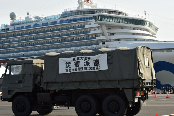 Những người mặc đồ bảo hộ trên tàu du lịch Diamond Princes bị cách ly tại cảng Yokohama của Nhật Bản - Sputnik Việt Nam