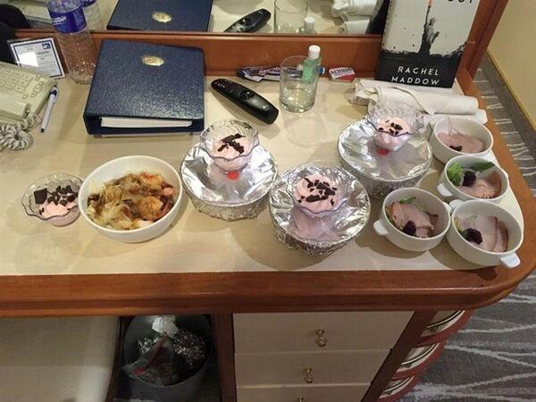 Thức ăn trên bàn trên tàu du lịch Diamond Princes bị cách ly tại cảng Yokohama của Nhật Bản - Sputnik Việt Nam