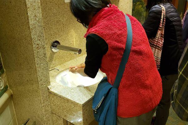 Mọi người rửa tay trong tàu du lịch Diamond Princes bị cách ly tại cảng Yokohama của Nhật Bản - Sputnik Việt Nam
