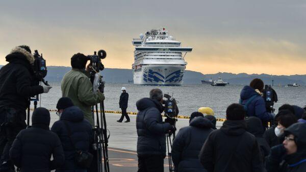 Các nhiếp ảnh gia và phóng viên trên nền tàu du lịch Diamond Princes bị cách ly tại cảng Yokohama của Nhật Bản - Sputnik Việt Nam