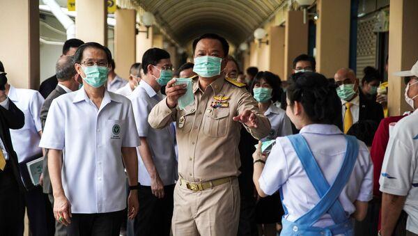 Phó Thủ tướng và Bộ trưởng Bộ Y tế Thái Lan Tiến sĩ Anuthin Changwirakun đưa ra mặt nạ bảo vệ tại một bệnh viện ở Bangkok - Sputnik Việt Nam