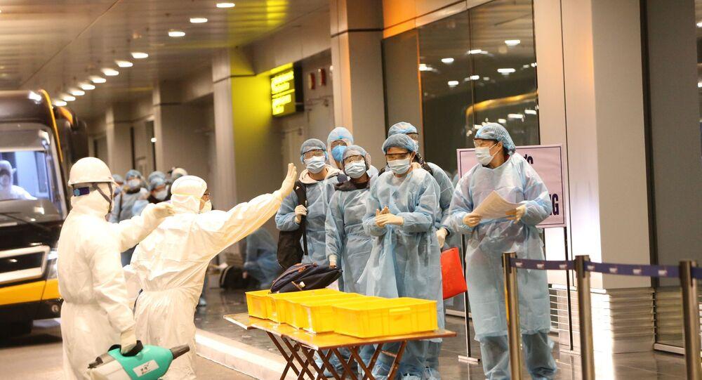 Công dân Việt Nam được khử trùng trước khi làm thủ tục nhập cảnh tại sân bay Vân Đồn (Quảng Ninh).