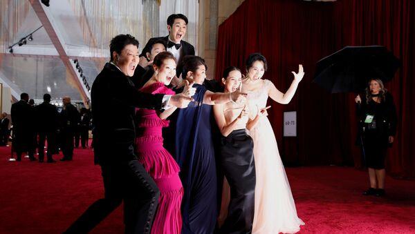 Dàn diễn viên của bộ phim Hàn Quốc Ký sinh trùng trên thảm đỏ lễ trao giải Oscar 2020 tại Los Angeles - Sputnik Việt Nam