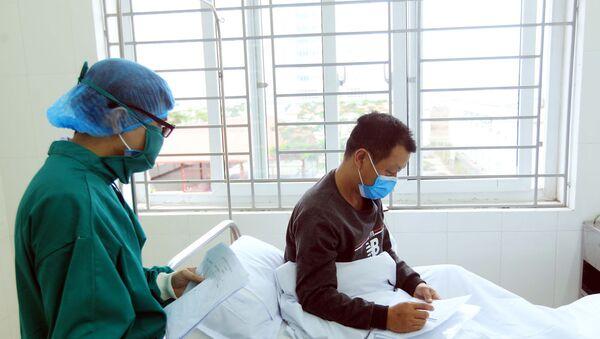Các y bác sĩ luôn tận tình hỏi thăm, động viên và chăm sóc những công dân của Trung Quốc tại khu cách ly của bệnh viện Việt Tiệp.  - Sputnik Việt Nam