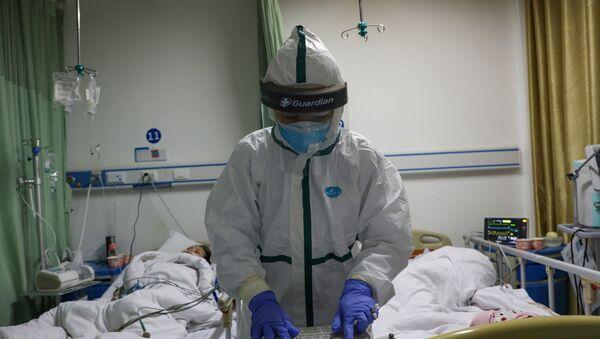 Nhân viên y tế trong bộ đồ bảo hộ tại một bệnh viện ở tỉnh Hồ Bắc, Trung Quốc - Sputnik Việt Nam