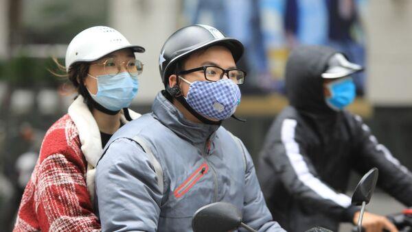 Khá nhiều người dân ưa chuộng khẩu trang vải vì sự tiện dụng khi ra đường.  - Sputnik Việt Nam