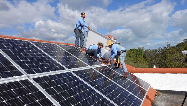 Công nhân lắp đặt các tấm pin mặt trời trên sân thượng ở Vịnh Palmetto, Florida - Sputnik Việt Nam