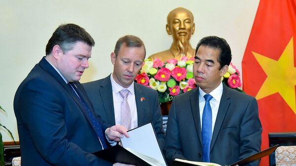 Đoàn cảnh sát hạt Essex đã trao cho Bộ Ngoại giao sổ chia buồn đối với 39 nạn nhân người Việt Nam do Chính phủ Anh mở cùng lời chia buồn của Thủ tướng Anh Boris Johnson tới gia đình các nạn nhân. - Sputnik Việt Nam