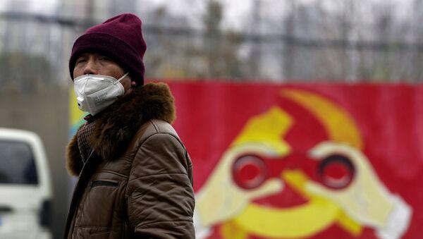 Мужчина в медицинской маске на фоне эмблемы Компартии Китая, Шанхай - Sputnik Việt Nam