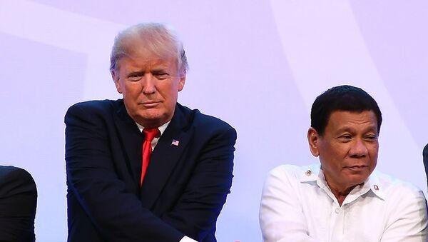 Tổng thống Mỹ Donald Trump trong Cái bắt tay ASEAN tại lễ khai mạc tại Hội nghị thượng đỉnh ASEAN ở Manila, Philippines - Sputnik Việt Nam
