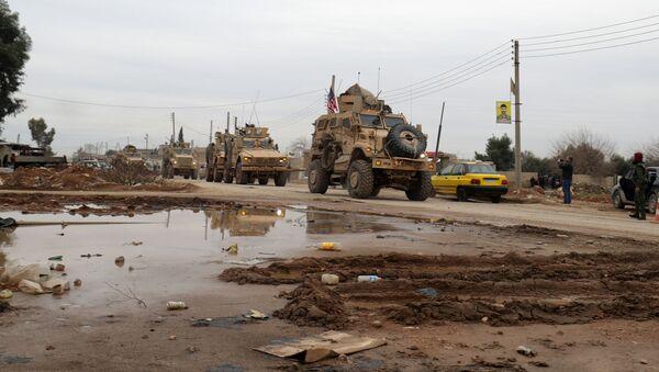 Đoàn xe quân sự Mỹ ở ngoại ô thành phố El Kamyshly, miền bắc Syria - Sputnik Việt Nam