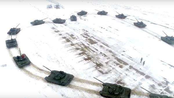 Binh sĩ Nga cầu hôn người yêu với sự trợ giúp của xe tăng. - Sputnik Việt Nam