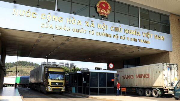 Các xe hàng nông sản chờ làm thủ tục xuất khẩu sang Trung Quốc - Sputnik Việt Nam