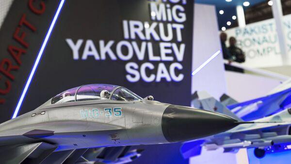 Mô hình chiến đấu cơ MiG-35 tại gian hàng Tổng Công ty chế tạo hàng không Nga ở Dubai Airshow-2015 - Sputnik Việt Nam