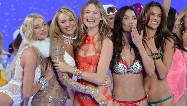 Người mẫu trên sàn diễn trong Victoria's Secret Fashion Show 2015 tại New York - Sputnik Việt Nam