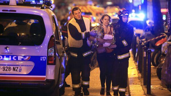 Cảnh sát cứu một phụ nữ sau vụ nổ súng ở Nhà hát Bataclan ngày 13 tháng 11 năm 2015 - Sputnik Việt Nam