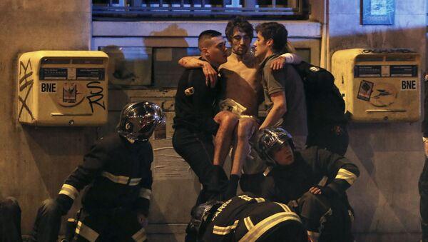 Nhân viên đội cứu hỏa Pháp giúp các nạn nhân ở nhà hát Bataclan, nơi bọn khủng bố bắt giữ con tin - Sputnik Việt Nam