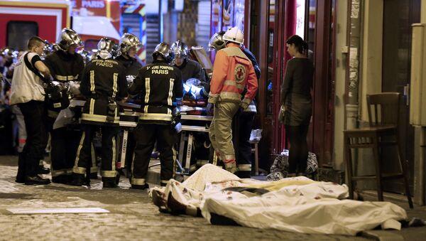 Lực lượng cứu hộ giúp đỡ các nạn nhân ở quận 10 của Paris - Sputnik Việt Nam