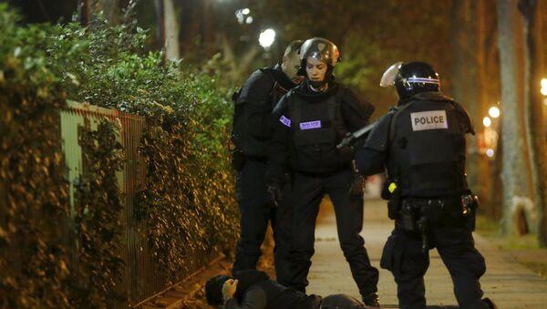 Cảnh sát Pháp kiểm tra một người đàn ông cạnh nhà hát Bataclan, nơi bọn khủng bố bắt giữ con tin - Sputnik Việt Nam