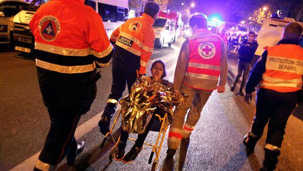 Các nhân viên cứu hộ giúp nạn nhân tại nhà hát Bataclan, nơi bọn khủng bố bắt giữ con tin - Sputnik Việt Nam