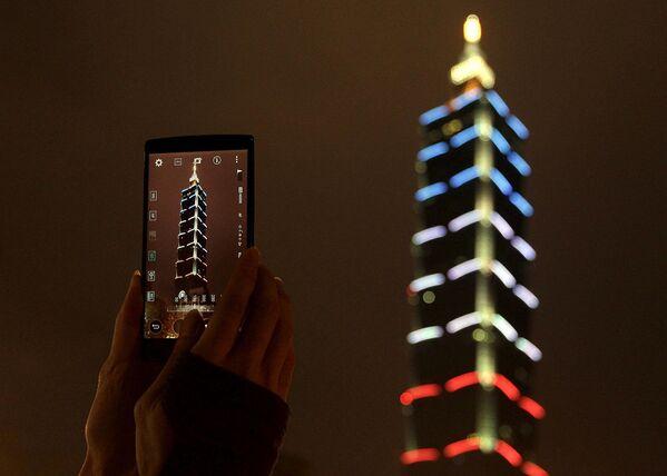 Tòa nhà chọc trời Taipei 101 chìm trong màu cờ Pháp, tưởng nhớ các nạn nhân chết trong cuộc khủng bố - Sputnik Việt Nam
