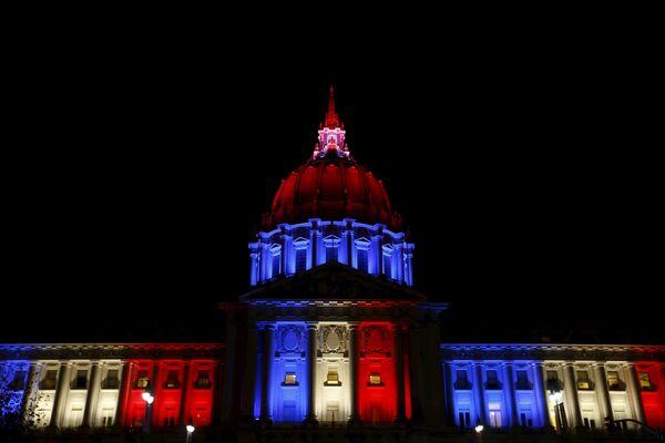 Tòa thị chính San Francisco, tưởng nhớ các nạn nhân vụ khủng bố bằng sắc màu quốc kỳ Pháp - Sputnik Việt Nam