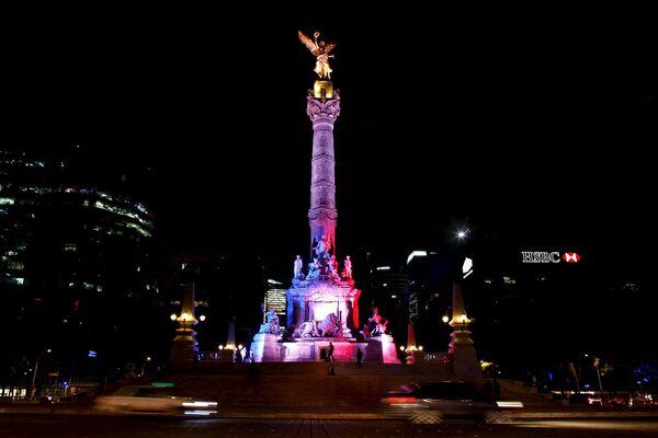 Tượng đài Độc lập ở Mexico trong sắc màu cờ Pháp, tưởng nhớ các nạn nhân vụ khủng bố tại Paris - Sputnik Việt Nam