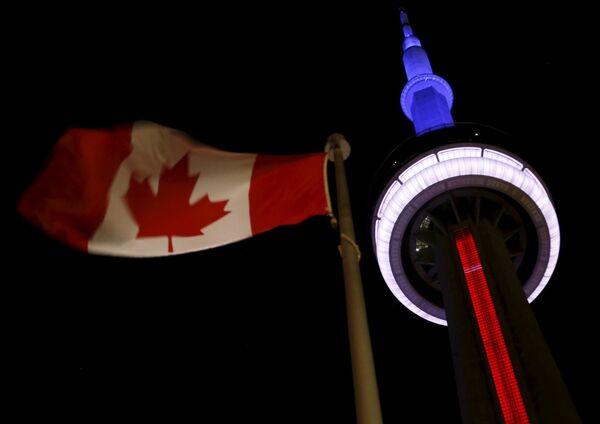 Tháp truyền hình CN Tower tại Toronto, Canada, trong màu quốc kỳ Pháp - Sputnik Việt Nam