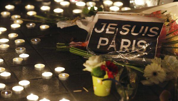 Hoa tưởng niệm những người thiệt mạng ở Paris ngày 13 tháng 11 năm 2015 - Sputnik Việt Nam
