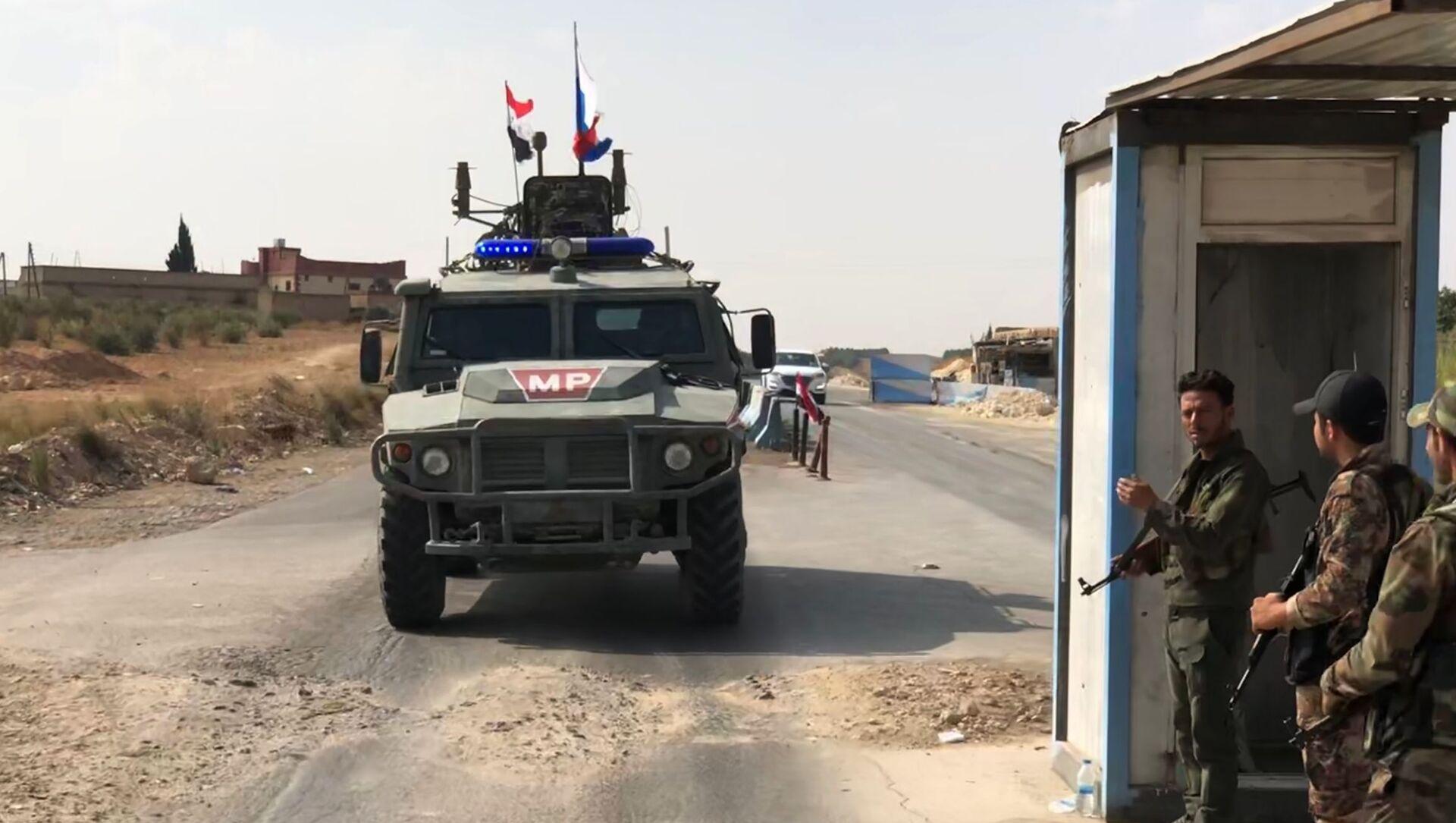 Xe bọc thép phục vụ tuần tra của cảnh sát quân sự Liên bang Nga tại khu vực Manbij ở đông bắc Syria - Sputnik Việt Nam, 1920, 10.06.2021