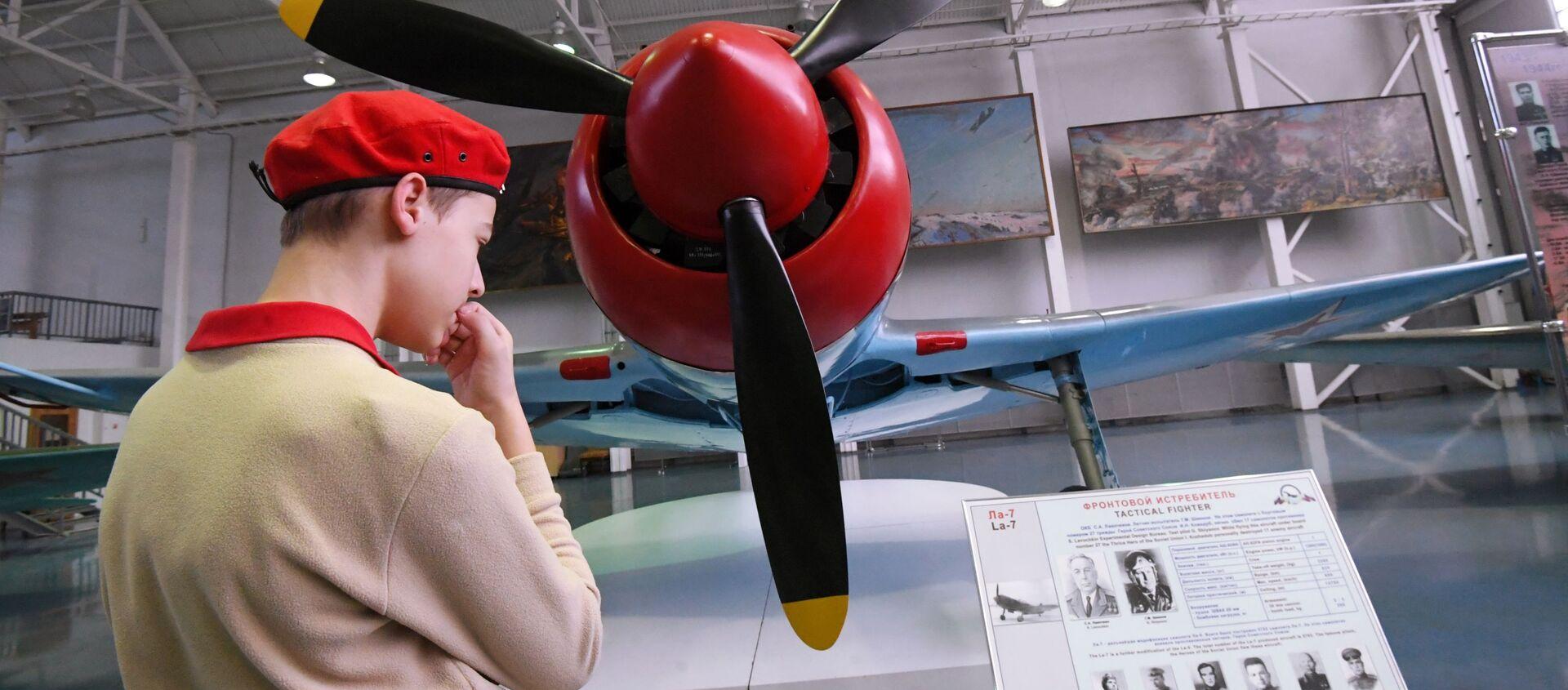 Thiếu sinh quân xem chiếc máy bay chiến đấu La-7 mà phi công ba lần Anh hùng Liên Xô I. Kozhedub đã sử dụng để bắn hạ 17 máy bay địch, được triển lãm tại Bảo tàng Không quân Trung ương ở Monino - Sputnik Việt Nam, 1920, 20.02.2020