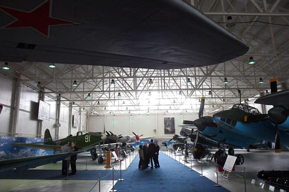 Tại khai mạc triển lãm Máy bay Chiến tranh Vệ quốc vĩ đại trong Bảo tàng Không quân Trung ương ở Monino