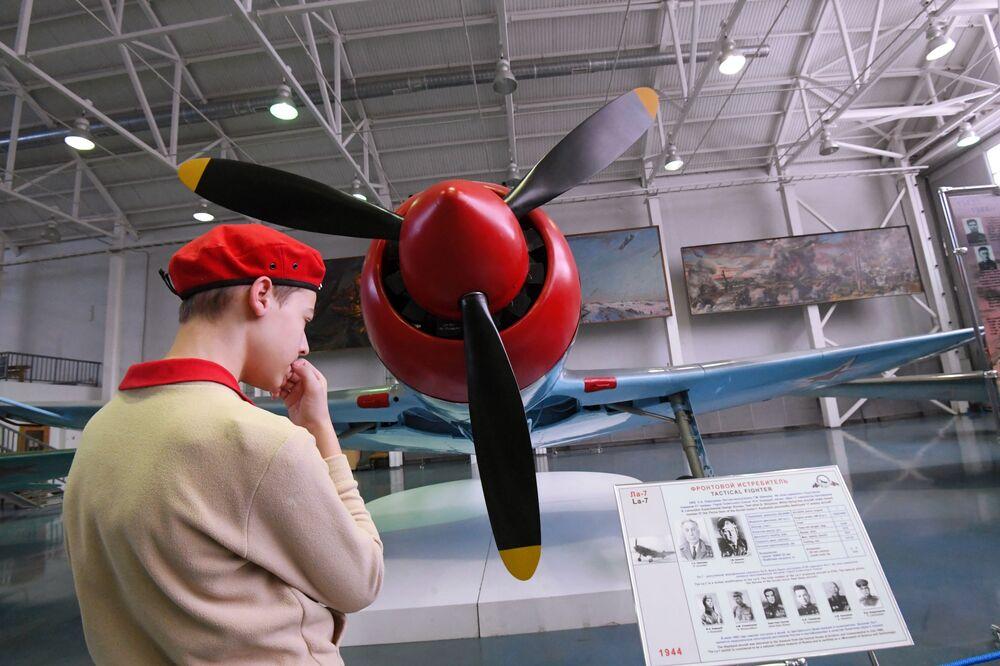 Thiếu sinh quân xem chiếc máy bay chiến đấu La-7 mà phi công ba lần Anh hùng Liên Xô I. Kozhedub đã sử dụng để bắn hạ 17 máy bay địch, được triển lãm tại Bảo tàng Không quân Trung ương ở Monino