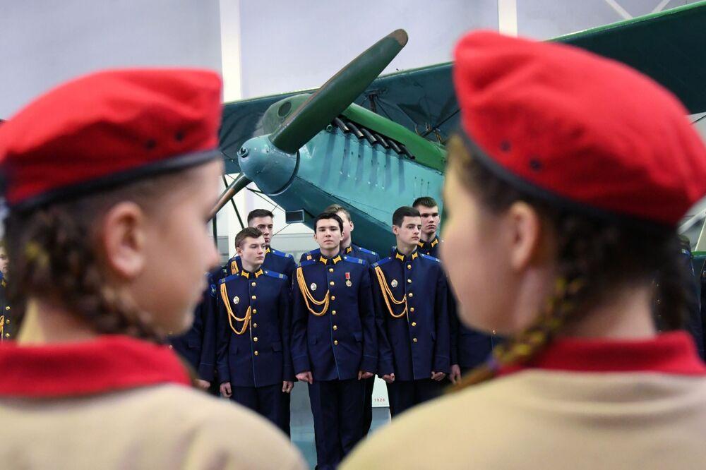 Học sinh trường nội trú huấn luyện bay ban đầu mang tên phi công ba lần Anh hùng Liên Xô A. I. Pokryshkin tại khai mạc Máy bay Chiến tranh Vệ quốc vĩ đại trong Bảo tàng Không quân Trung ương ở Monino