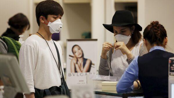 Người dân đeo mặt nạ bảo vệ tại sân bay quốc tế Incheon ở Hàn Quốc. - Sputnik Việt Nam