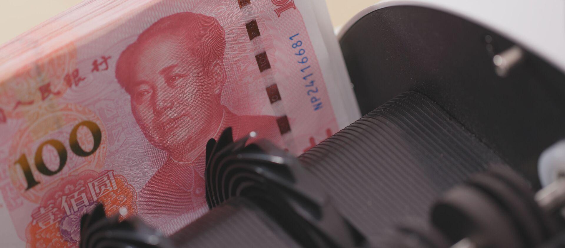Счетчик денег проверяет номера банкнот пачки китайских юаней - Sputnik Việt Nam, 1920, 01.12.2020