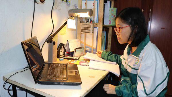 Học sinh thành phố Bắc Ninh chủ động ôn tập các kiến thức thông qua bài giảng trực tuyến.  - Sputnik Việt Nam