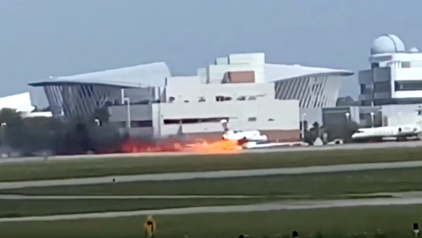 Video về chiếc máy bay Mỹ bốc cháy khi đang hạ cánh được tung lên mạng. - Sputnik Việt Nam