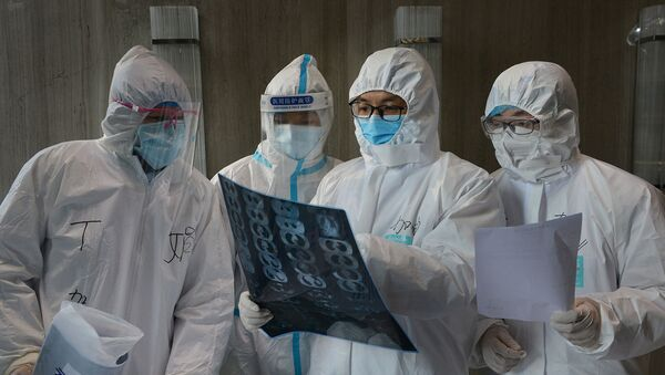 Các bác sĩ trong mặt nạ bảo vệ, Trung Quốc - Sputnik Việt Nam