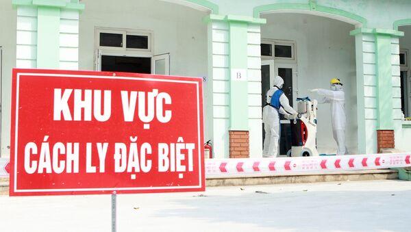 Kĩ thuật viên chuẩn bị chụp X quang cho bệnh nhân tại khu vực cách ly đặc biệt. - Sputnik Việt Nam