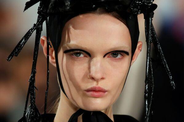 Người mẫu giới thiệu sản phẩm của nhà thiết kế John Galliano tại Tuần lễ thời trang Paris - Sputnik Việt Nam