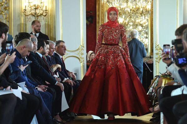 Người mẫu giới thiệu sản phẩm Firdaws tại buổi trình diễn bộ sưu tập thời trang nữ mùa thu đông 2020-2021 tại Paris - Sputnik Việt Nam