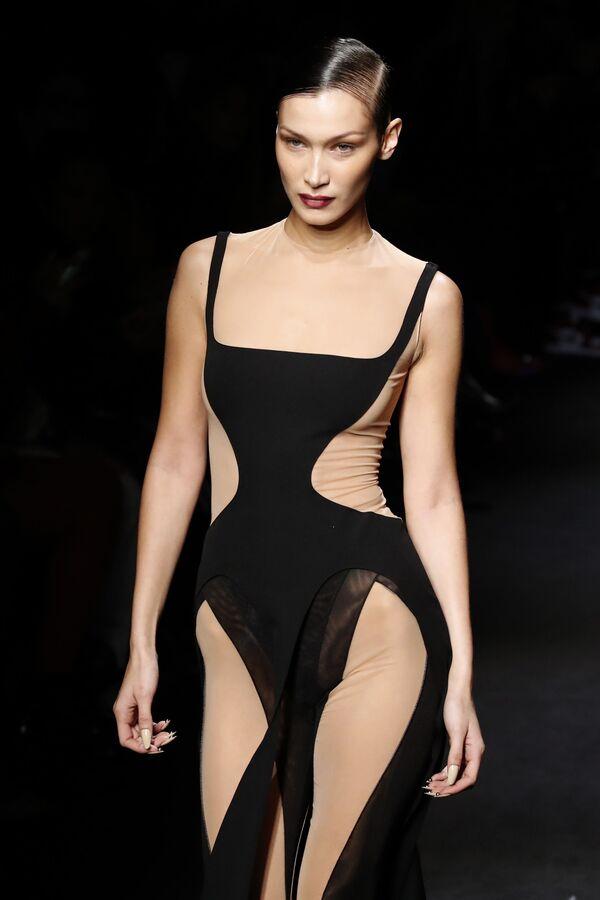 Người mẫu Bella Hadid trình diễn trang phục Mugler tại triển lãm bộ sưu tập quần áo nữ mùa thu đông 2020-2021 tại Paris - Sputnik Việt Nam
